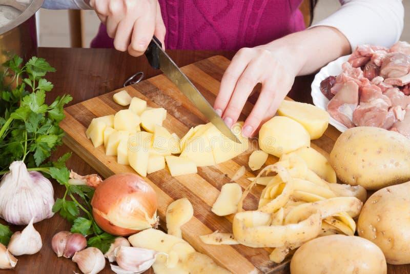Крупный план рук режа картошки стоковое изображение rf