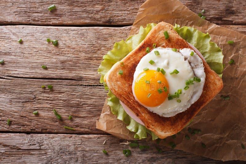 Крупный план сандвича Мадам Croque на взгляд сверху таблицы горизонтальном стоковая фотография