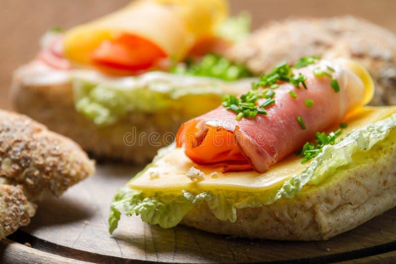 Крупный план сандвича Fesh сделанный из chive, салата ветчины и сыра стоковое фото