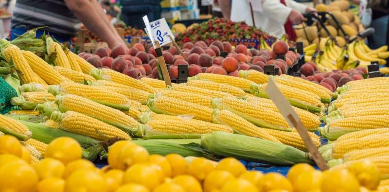 Крупный план свежих corns, персиков и лимонов на счетчике в типичном турецком базаре greengrocery стоковая фотография