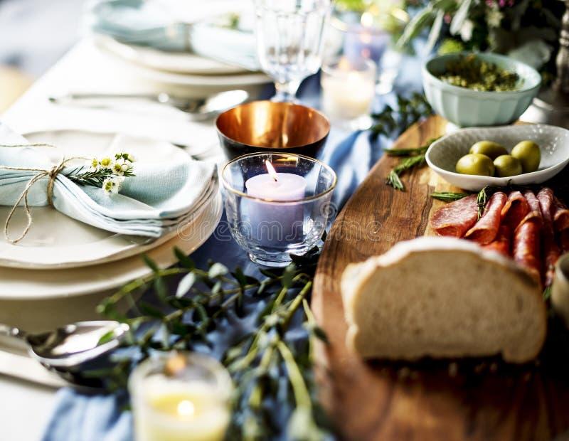 Крупный план сервировки стола приема по случаю бракосочетания с едой стоковое изображение rf