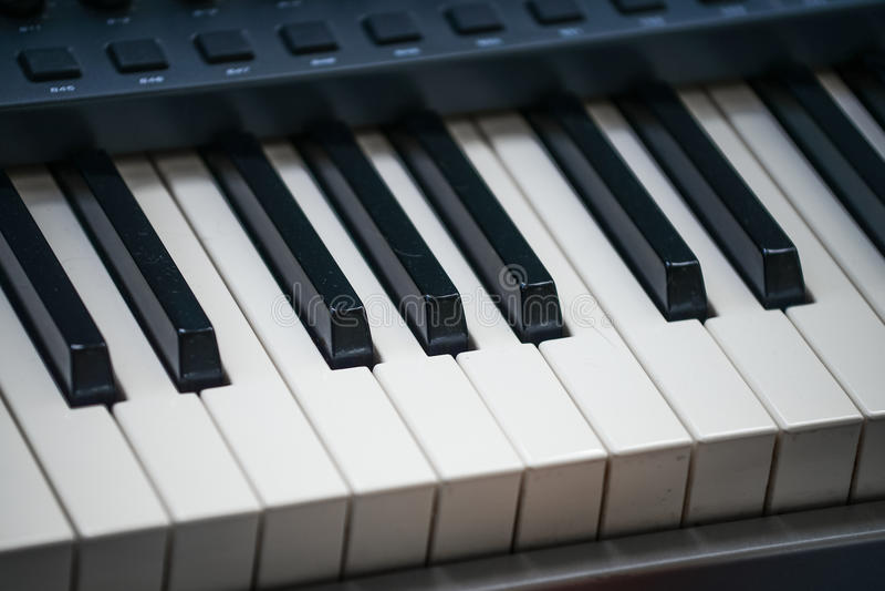 Крупный план современной клавиатуры рояля стоковое фото rf