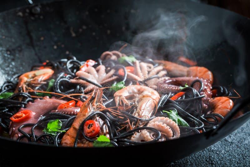 Крупный план спагетти при морепродукты сделанные в вке стоковое изображение rf