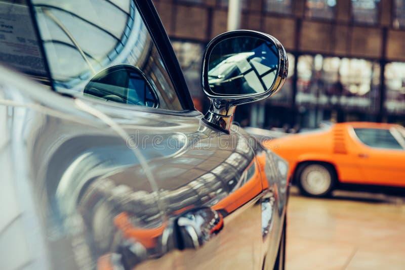 Крупный план старого автомобиля с серебряной пестрой краской на выставке автомобиля стоковое изображение rf