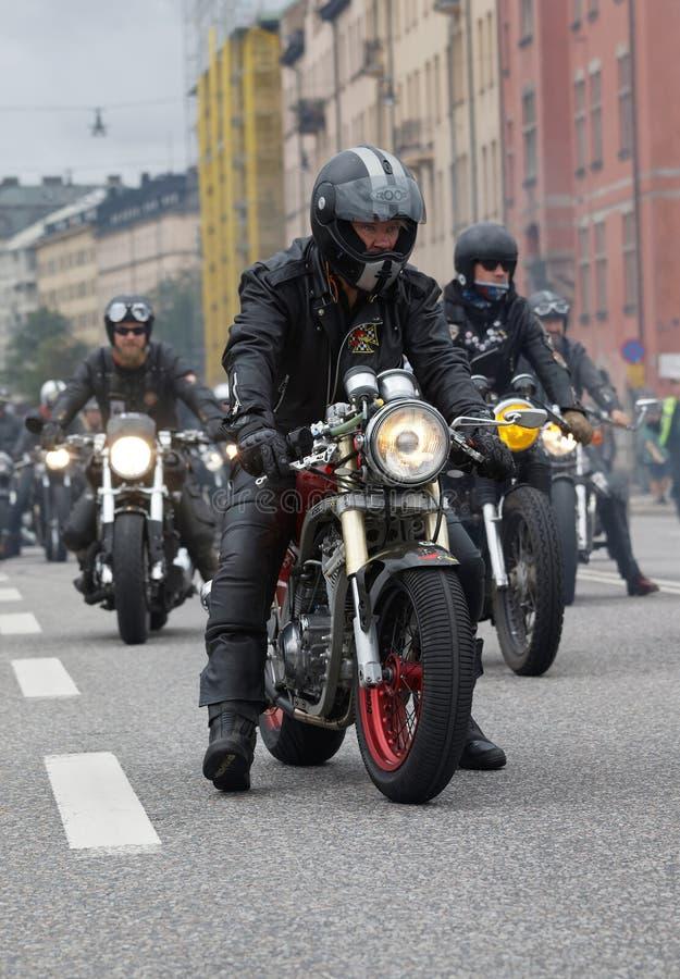 Крупный план старомодных мотоциклов и велосипедистов стоковые изображения