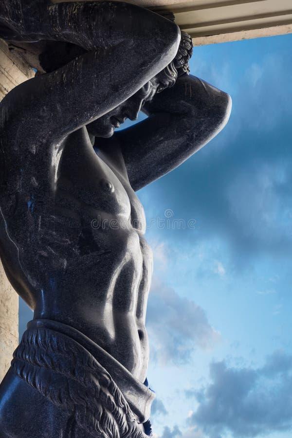 Крупный план статуй атласа на входе обители в Sa стоковое изображение
