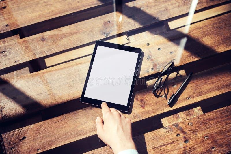 Крупный план укомплектовывает личным составом таблетку касающей домашней кнопки руки современную Белое устройство пустого экрана  стоковая фотография rf
