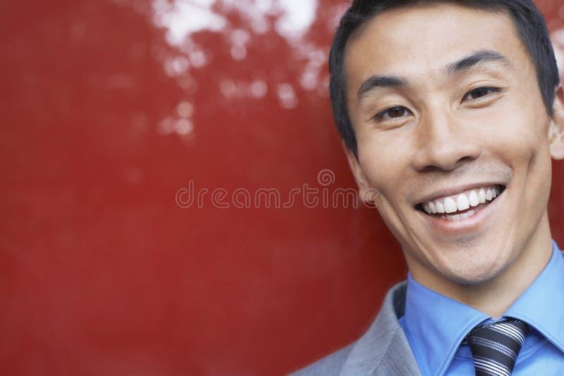 Крупный план усмехаясь бизнесмена стоковые фото