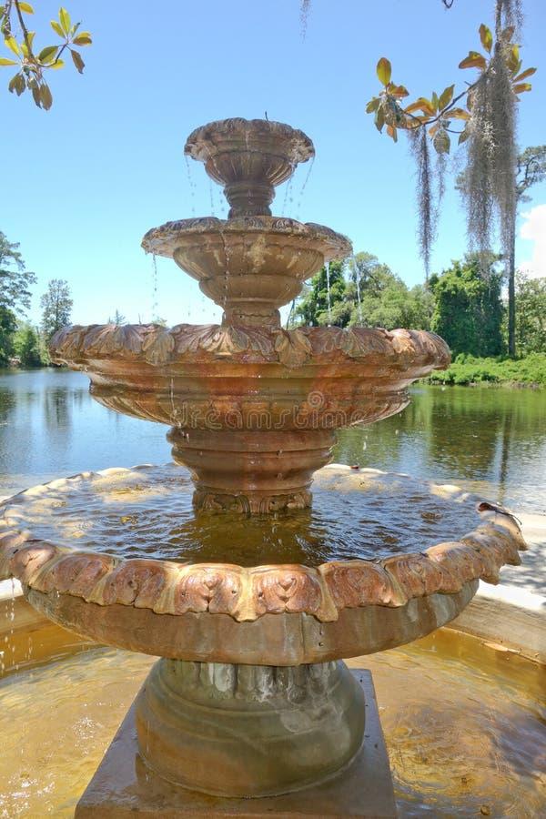 Крупный план фонтана сада Airlie исторический каменный в Уилмингтоне NC стоковая фотография rf