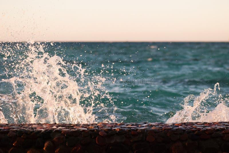 Крупный план фото красивой ясной поверхности воды океана моря бирюзы с пульсациями и яркого выплеска на предпосылке seascape стоковое изображение rf