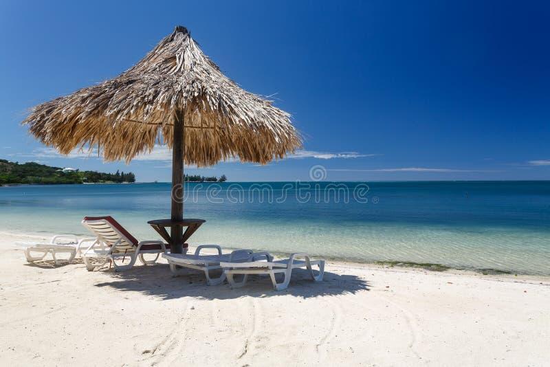 Крупный план хаты Tiki на карибском пляже с побережья Гондураса стоковая фотография rf