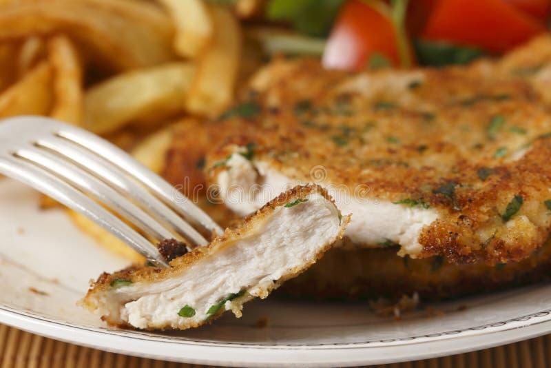 Крупный план цыпленка отрезанный шницелем стоковые фото