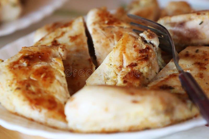 Крупный план цыпленка отрезанный шницелем стоковые изображения rf