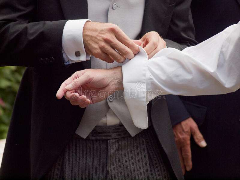 Крупный план человека исправляя рукав стоковое фото rf
