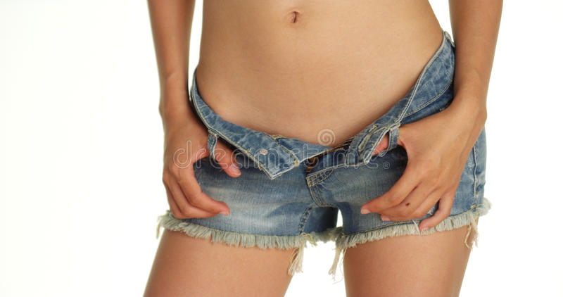 Крупный план шортов джинсовой ткани женщины нося стоковые фотографии rf
