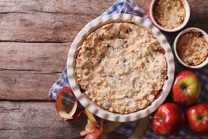 Крупный план Яблока хрустящий в блюде выпечки, горизонтальном взгляд сверху стоковое изображение rf