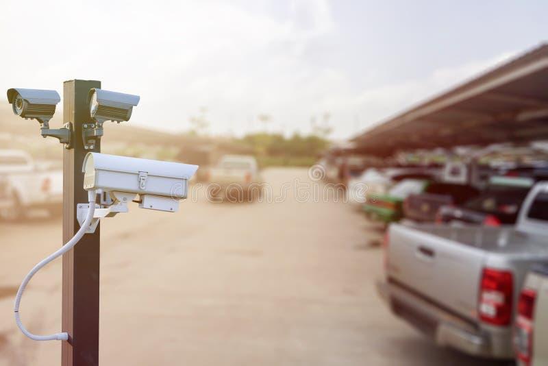 Крупный план CCTV наблюдения камеры слежения движения на автостоянке автомобиля стоковое изображение