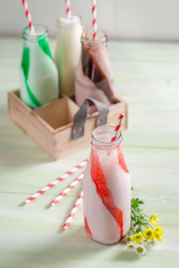 Крупный план smoothies сделанных из свежей клубники стоковое изображение rf