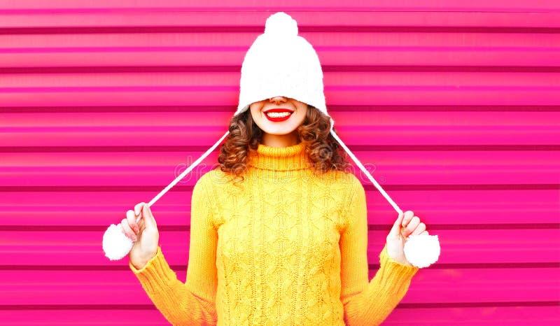 Крутая девушка нося красочный связанный желтый свитер стоковое фото rf