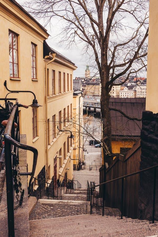 Крутые лестницы вниз к берегу реки в старой части Стокгольма Швеции стоковая фотография