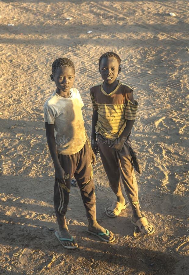 Крутые суданские мальчики в пустыне стоковые фотографии rf