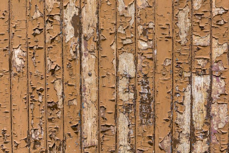 Крученая краска на деревянной поверхности, треснувшая краска на деревянном фоне стоковые изображения