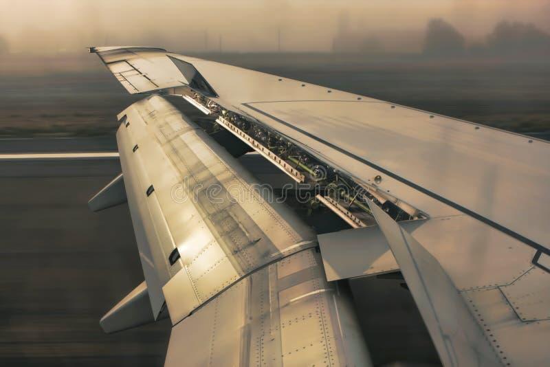 крыла посадки самолета стоковые фото