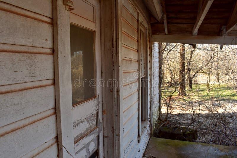 Крылечко старого покинутого дома стоковая фотография