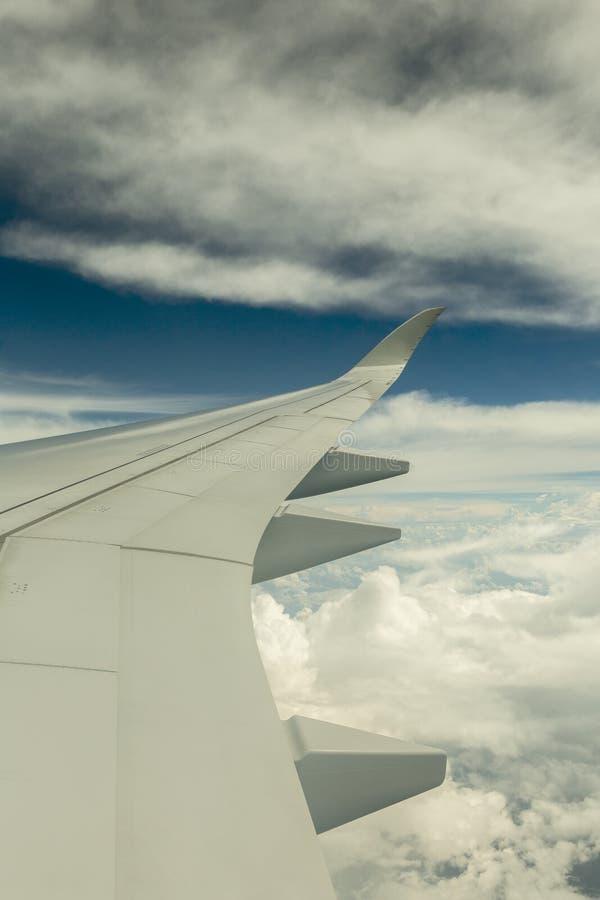 Крыло авиакомпании над облаками стоковые изображения rf