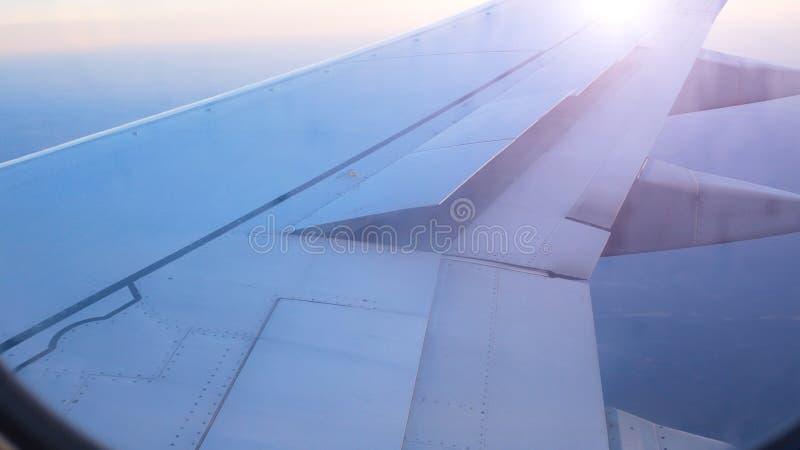 Крыло авиалайнера поднимает щитки для подготовки для приземляться стоковые фото
