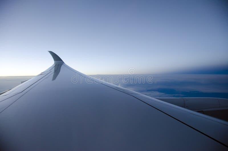 Крыло воздушных судн на заходе солнца стоковые изображения