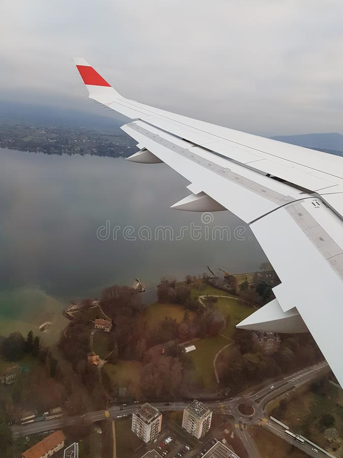 Крыло земли, океана и самолета стоковое изображение