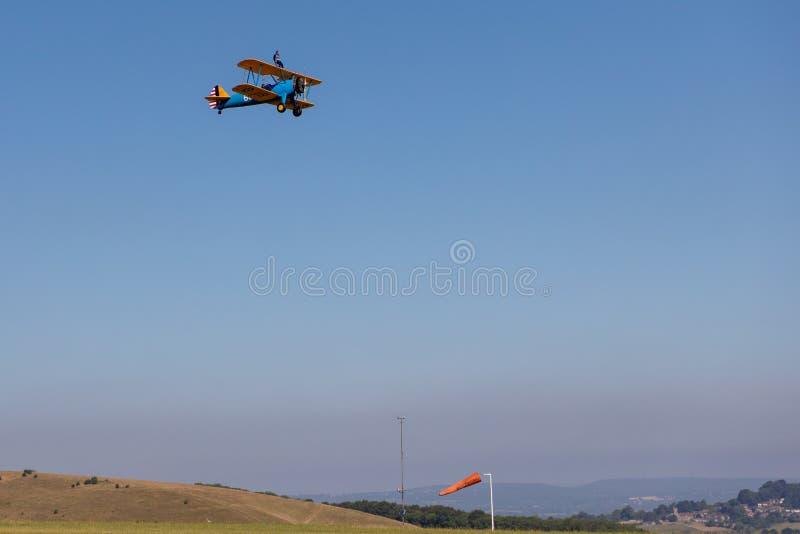 Крыло идя на ясный день над авиаполем стоковые изображения