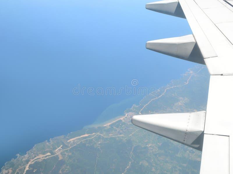 Крыло и взгляд самолета вниз к земле стоковые изображения