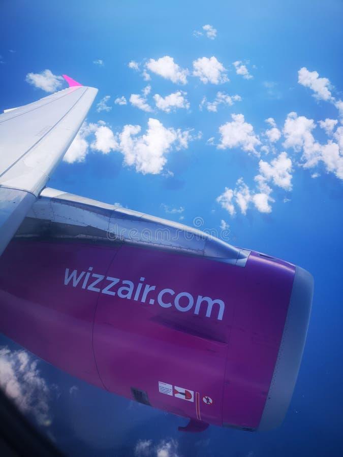 Крыло и двигатель самолета Wizzair во время полета стоковая фотография