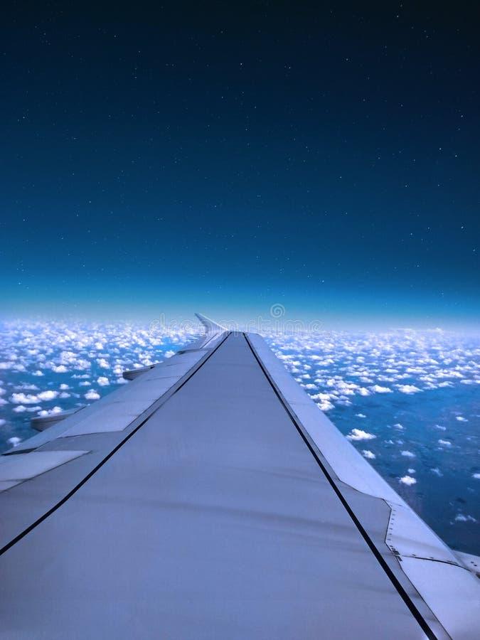 Крыло мухы самолета над голубым небом и белым облаком стоковая фотография rf