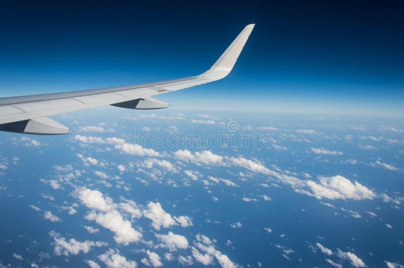 Крыло самолета во время полета стоковое фото rf
