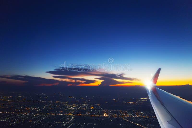 Крыло самолета в небе с облаком на заходе солнца Транспорт, концепция перемещения стоковое фото rf