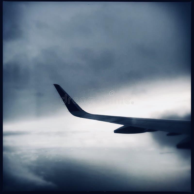 Крыло самолета в небе grunge стоковое изображение