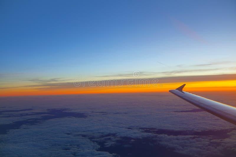 Крыло самолета в полете стоковые изображения