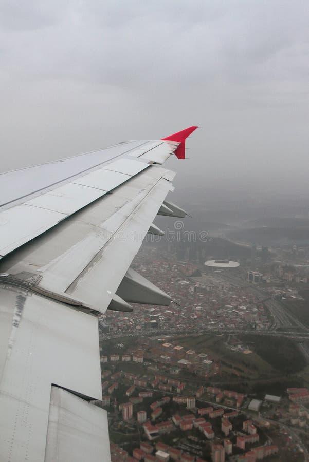 Крыло самолета и города под лить дождем Стамбул, Турция стоковые изображения rf