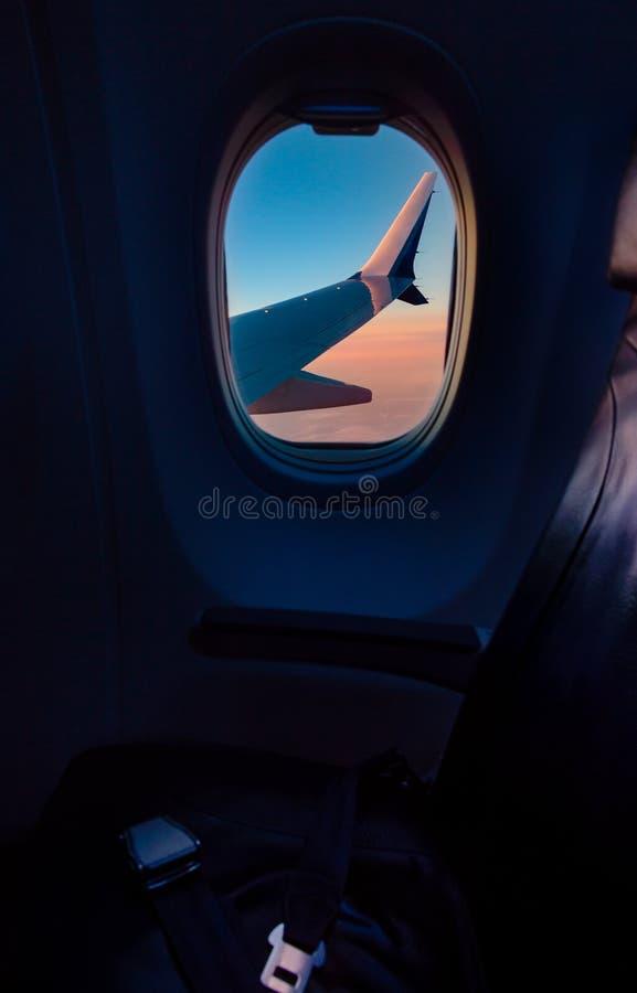 Крыло самолета как увидено до конца окну воздушных судн стоковое изображение rf