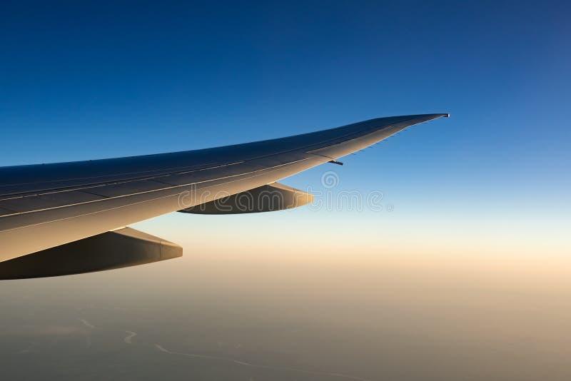 Крыло самолета над городом Летание самолета на голубом небе Сценарный взгляд из окна самолета Полет коммерческой авиакомпании стоковая фотография
