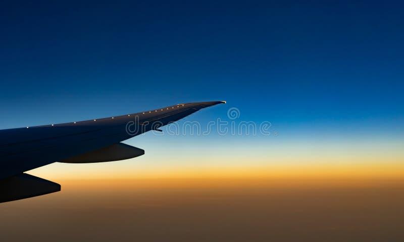 Крыло самолета над городом Летание самолета на голубом небе Сценарный взгляд из окна самолета Полет коммерческой авиакомпании стоковое изображение rf