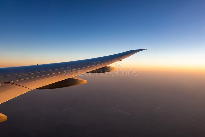 Крыло самолета над городом Летание самолета на голубом небе Сценарный взгляд из окна самолета Полет коммерческой авиакомпании стоковая фотография rf
