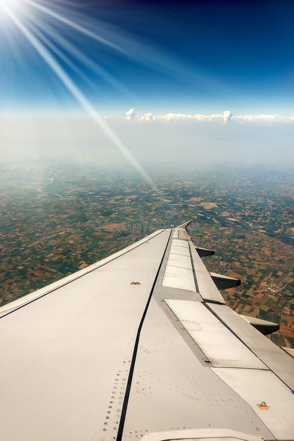 Крыло самолета - над долиной Po стоковое изображение