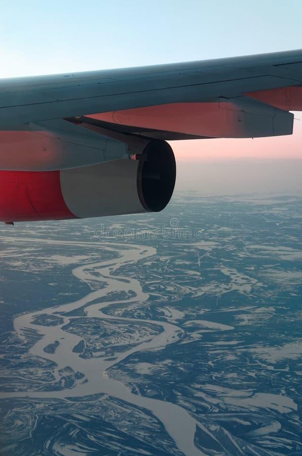 Крыло самолета над красивым ландшафтом зимы стоковые фотографии rf