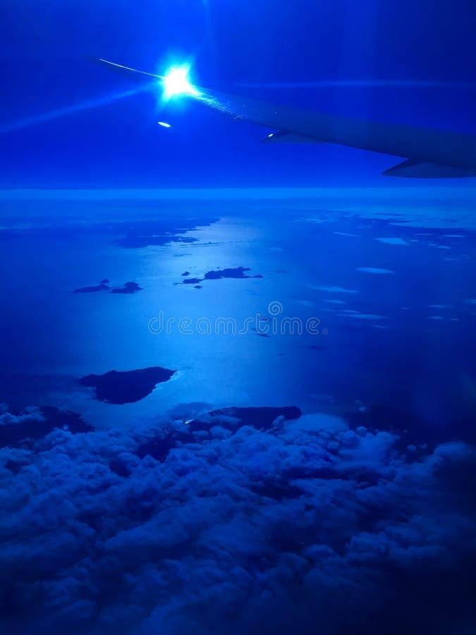 Крыло самолета над океаном голубых облаков стоковая фотография rf