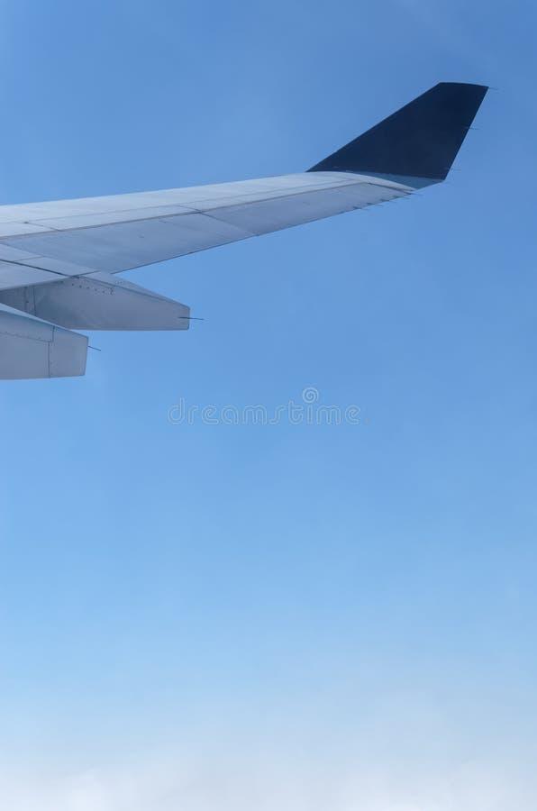 Крыло самолета на голубом небе стоковое фото