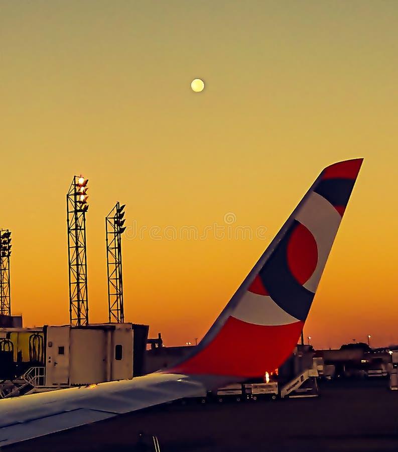 Крыло самолета с запачканной луной стоковое фото
